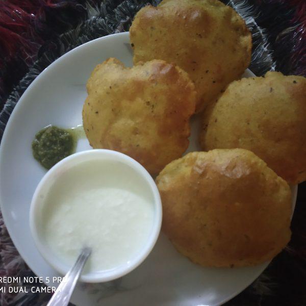 Allu kachori with green chutney and curd